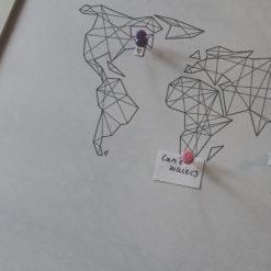 cica_v_kleci_plakat_geo_abst_mapa_17_5_SQ